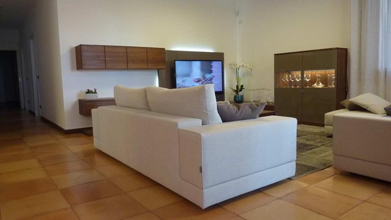 Confort e palette neutre per un living elegante e moderno for Soggiorno moderno elegante